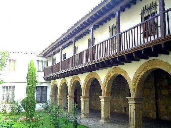 Convento de Dueñas. Claustro con balcón, Salamanca España.