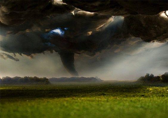 À primeira vista parece que estamos diante da fotografia de uma paisagem completamente natural, tal o realismo do tornado nas planícies ou da incrível e bucólica montanha.