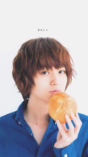 パンを食べようとしている伊野尾慧