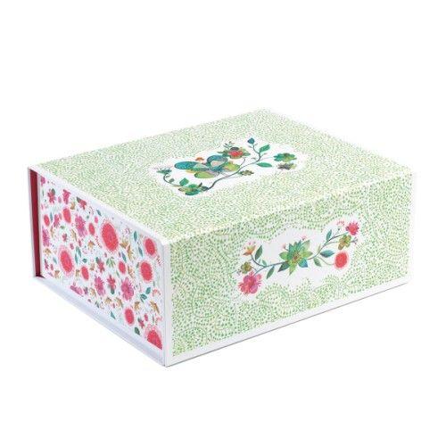 Une jolie boîte au décor fleur qui séduira toutes les petites filles. Facile et rapide à construire, elle est d'une taille idéale pour y ranger toutes ses affaires : bijoux, barrettes, petits jouets et trésors... Cette boîte est vendue à plat et se monte très facilement. Il suffit de décoller les 4 parties adhésives, de plier, presser, et c'est monté !  Elle se ferme grâce à un aimant.