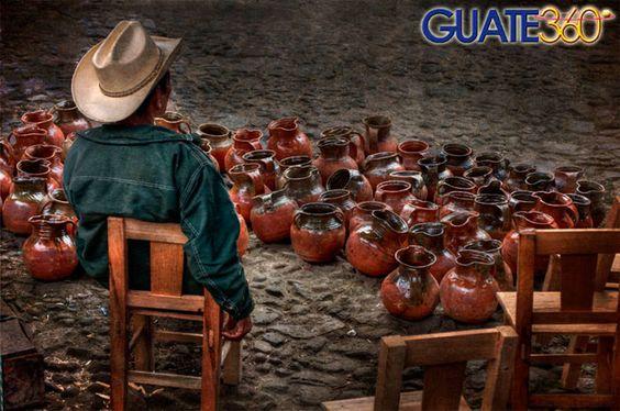 Guate360.com | Fotos de Chichicastenango - Vendedor de piezas de barro en Chichicastenango, Guatemala