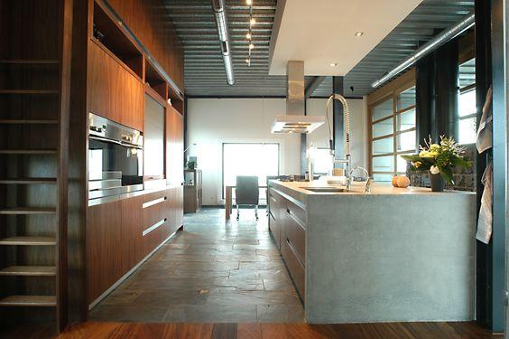 Maatwerk keuken met ter plaatse gegoten werkbladen, inclusief ...