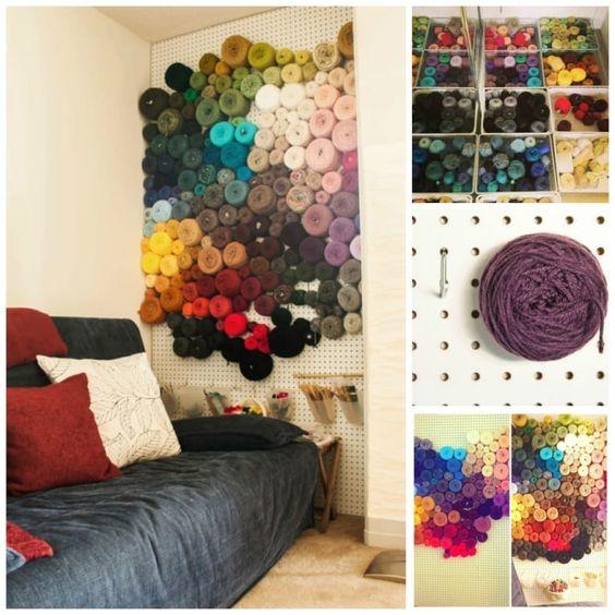 Você costura ou faz crochê? Um painel perfurado é um jeito fácil e engenhoso de guardar novelos de lã. Confira este post para detalhes.