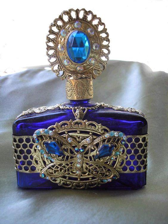 Botella de perfume Checa con una mariposa azul cobalto de cristal con el metal de filigrana y diamantes de imitación