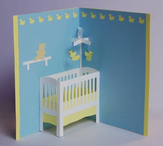 Offenen eingerichtet diese Karte zu offenbaren einen Miniatur-Kindergarten mit Krippe und Ente mobile. Ein Regal über der Krippe hält ein