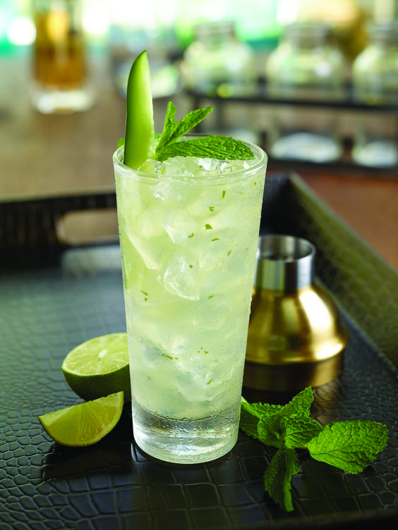 Magical Mystery Mojito Gin Hendrick's et sirop de fleurs de sureau Monin, mélangés avec du jus de citron vert, de la menthe et du sirop de concombre Monin.