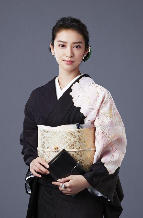 花柄の黒い着物を着た武井咲