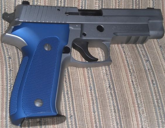 SIG P226 - Hogue Extreme-Grips (Aluminum)Find our speedloader now!  http://www.amazon.com/shops/raeind