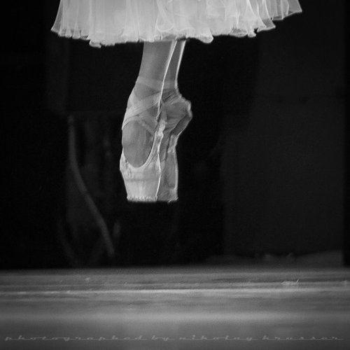 ballet-en-lair:  kristina shapran by nikolay krusser. #Ballet_beautie #sur_les_pointes *Ballet_beautie, sur les pointes !*