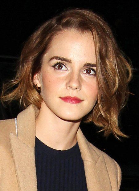 """Star-Frisuren: Nach ihrem raspelkurzen Pixie-Cut waren die Haare von """"Harry Potter""""-Star Emma Watson schon wieder lang gewachsen, aber der neue Bob mit leichten Wellen steht ihr auch hervorragend."""