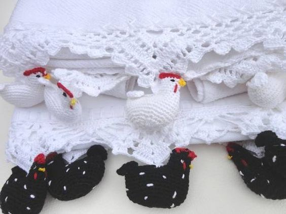 Pano de prato/copa, tecido 100% algodão de excelente qualidade, bico em crochet. Pronta entrega:: enfeites de galinha branca , galinha preta com pintinhas brancas, pimenta, alho, moranga, morango, banana, uvas,  Sob encomenda: prazo 20 dias - Temos várias opções de enfeites - uva, galinha branc...