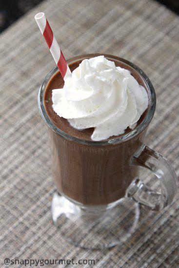 1 bevroren banaan, 1 c ijsblokjes, 1 c melk, 3 el cacaopoeder, 1 el pindakaas, 1 tl vanille. Alles in de blender en mixen maar.