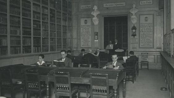 Sala de lectura en su anterior sede de la plaza de la Villa, en 1945