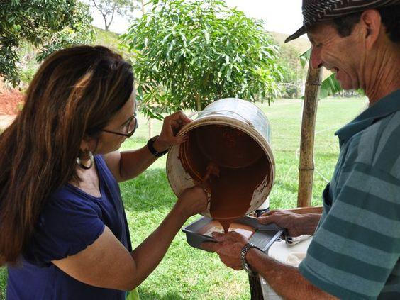 Tinta da terra é utilizada em São Fidélis. (Foto: Flávia Pizelli/Pesagro-Rio)