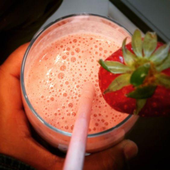 Merenda sana... Frullato di soia con banana e fragole!!  #frullato #frutta #soia #fragole #banana #dieta #diet #riproviamoci #healthy #sano #senzazucchero #nosugaradded by marta_viola90