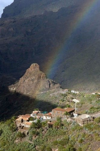Ruta volcánica en #Tenerife I have seen some beautiful rainbows on the Island & this one makes a stunning photo.