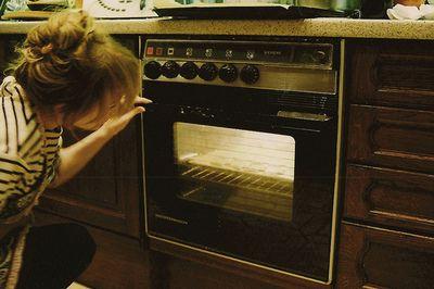 Regarder amoureusement des gâteaux cuire dans le four