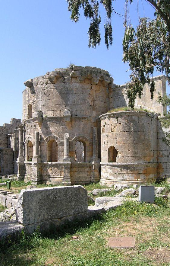 San Simeone, Siria - è il primo convento cristiano, con annesso chiostro, costruito nel nord della Siria di oggi, circa 30 chilometri a nord-ovest della città di Aleppo. È sorto nel luogo in cui Simeone Stilita il Vecchio, il primo asceta cristiano, visse e morì nel 459. È la più eloquente testimonianza del prestigio monastico bizantino, caratterizzato da un enorme complesso, costruito, tra il 476 ed il 491, per iniziativa dell'imperatore Zenone,