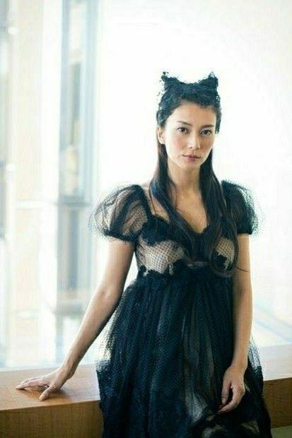 黒色ドレスの柴咲コウ