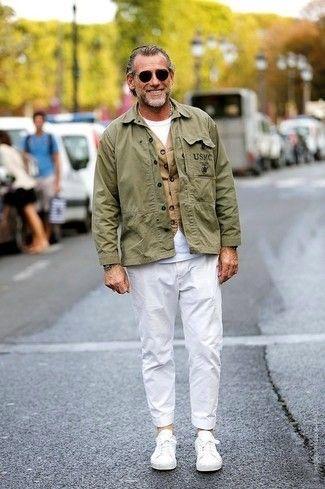 Look De Moda Chaqueta Militar Verde Oliva Chaleco De Vestir Marron Claro Camiseta Con Cuello Circular Blanca Pantalon Chino Blanco Estilo Militar Chalecos De Vestir Ropa Casual Hombres