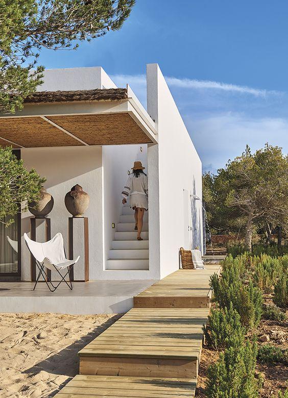 En la parte exterior del muro que flanquea la escalera de acceso a la terraza se ha instalado una ducha al aire libre. Silla BKF Butterfly, de Bonet, Kurchan y Ferrary-Hardoy