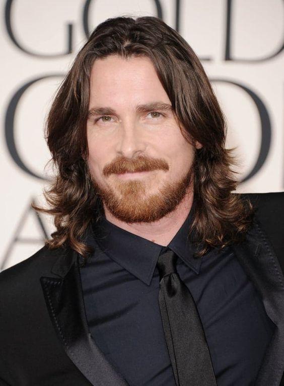 Pin for Later: 15 Stars Qui Prouvent Que les Hommes Peuvent Être Sexy Avec les Cheveux Longs Christian Bale Christian Bale est un homme mystérieux et très occupé. Il n'a donc pas le temps d'aller chez le coiffeur.