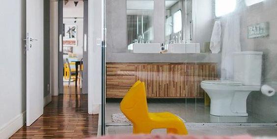 Apartamento com detalhes coloridos e integrado até no banheiro!