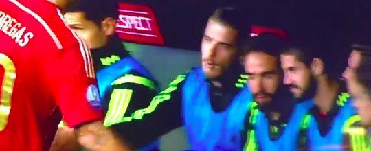 De Gea fica no vácuo ao tentar cumprimentar Fábregas; vídeo