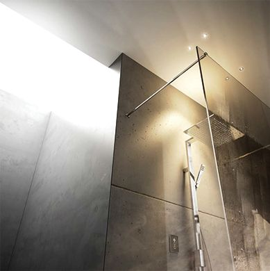 VEHLA MYSLIM AMBIENTE Progressive shower column with ultra-slim shower head of an optional size, 300 x 400 mm or 500 x 350 mm.  Shower column in brass, with fixed shower holder and integrated progressive valve. 3 mm ultra-slim shower head, non-liming, inspectable and serviceable. One jet handshower in brass, non-liming, inspectable and serviceable, with smooth 150 cm anti-twist PVC flexible hose.