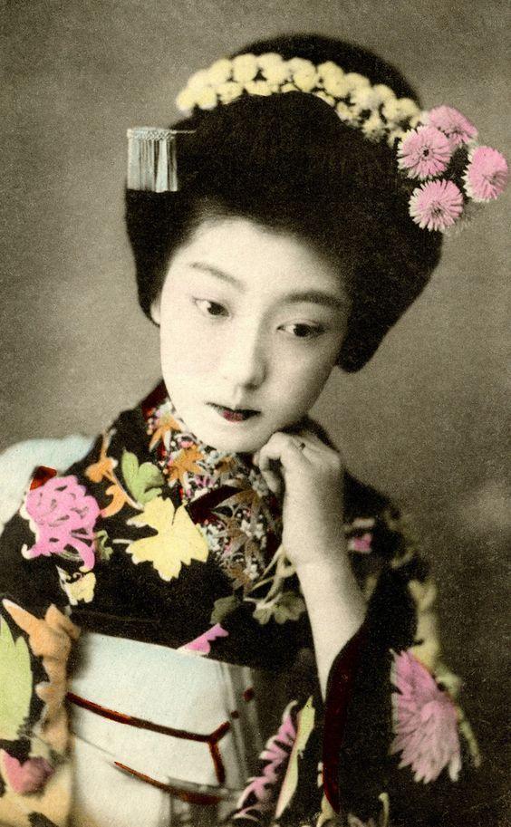 окия: Osaka Майко Chiyoha 1910 (по Синие Ruin1) майко (гейшами Apprentice) Chiyoha Осака, позже известный как гейши Teruha в Токио.  Она была Imouto (младшая сестра) знаменитого Yachiyo I. Считается, что дикие и стремительный характер Chiyoha оставили Осаки под облаком, и дебютировал как Teruha в Shinbashi hanamachi (гейша район) в Токио в 1911 году, все еще только пятнадцать лет старые.
