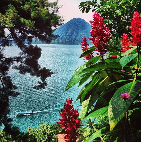 Lago de Atitlán, enmarcado por volcanes y pueblos tradicionales. Escapada romántica en Guatemala.