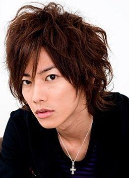 M字バングスタイルの佐藤健の髪型