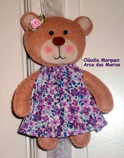 Ursinha em feltro com vestido em tecido florido.