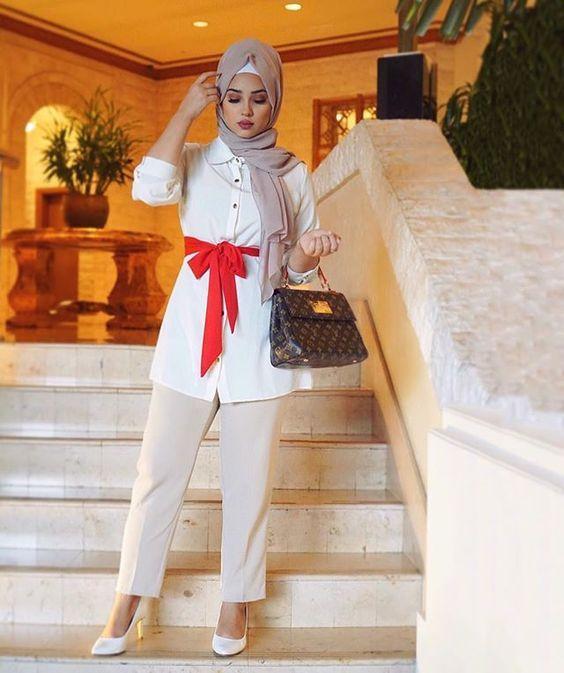 2020 Sik Tesettur Kombinleri Krem Kumas Pantolon Beyaz Uzun Kemerli Tunik Gomlek Beyaz Stiletto Ayakkabi Moda Stilleri Pantolon Stiletto
