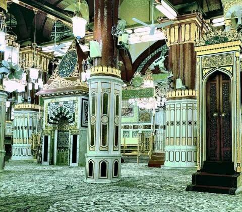 Sura 9, Vers 18  Wahrlich, der allein vermag die Moscheen Allahs zu erhalten, der an Allah und an den Jüngsten Tag glaubt und das Gebet verrichtet und die Zakah entrichtet und keinen außer Allah fürchtet: diese also mögen unter denen sein, welche den rechten Weg finden.