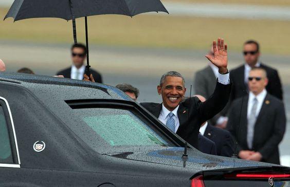 El presidente Obama saluda a su llegada al aeropuerto de la capital cubana.