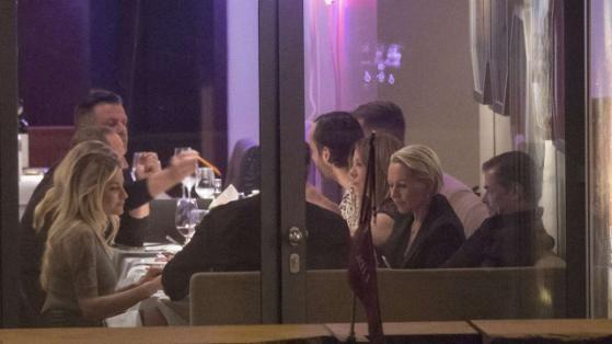 BERLIN – Gott weiß, sie will kein Engel sein! Spannender Scheiben-Blick ins Grill Royal an der Friedrichstraße. Wird in diesem Restaurant etwa etwas wieder aufgewärmt? Wenn, dann wohl nur die Liebe von Sophia Thomalla(26) und Till Lindemann(53).