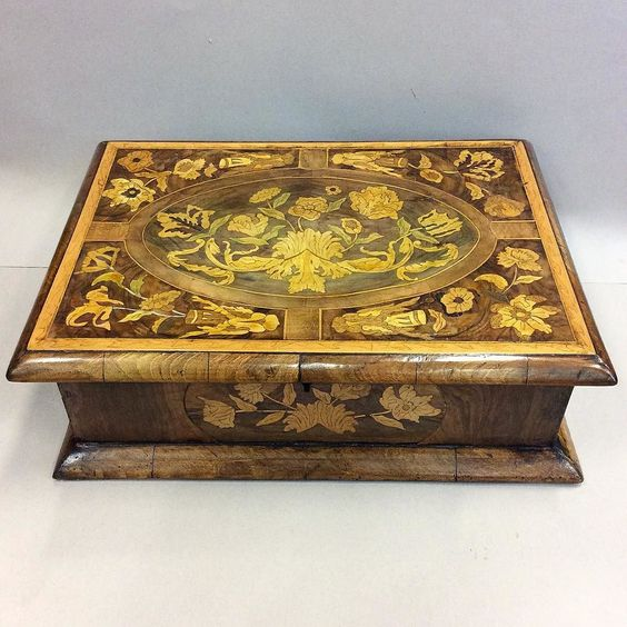 Friday brings the week to a close! We celebrate with this robust 17th century wooden floral marquetry box! #hhgallerymayfair #floral #marquetry #box #17thcentury #robust #woodwork #wood #flowers #design #casket #Friday #decorativearts #european #wedkend de hhgallerymayfair