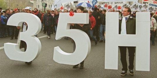 Le 24 novembre 1999 à Paris, manifestation de cadres pour le décompte horaire de leur temps de travail dans le cadre de la loi sur les 35 heures.  | AFP/DANIEL JANIN