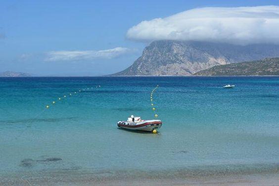 Tavolara sullo sfondo del panorama da Capo Coda Cavallo, San Teodoro.