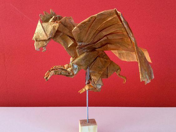 GRIFON de Kade Chan, plegado por mi en papel crumpled  de 60x60 y acabado con patena de oro viejo