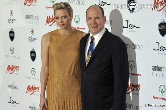 Le prince Albert et Charlene de Monaco lors du Amber Lounge Fashion Show à l'hôtel Le Médirien à Monaco le 25 mai 2012