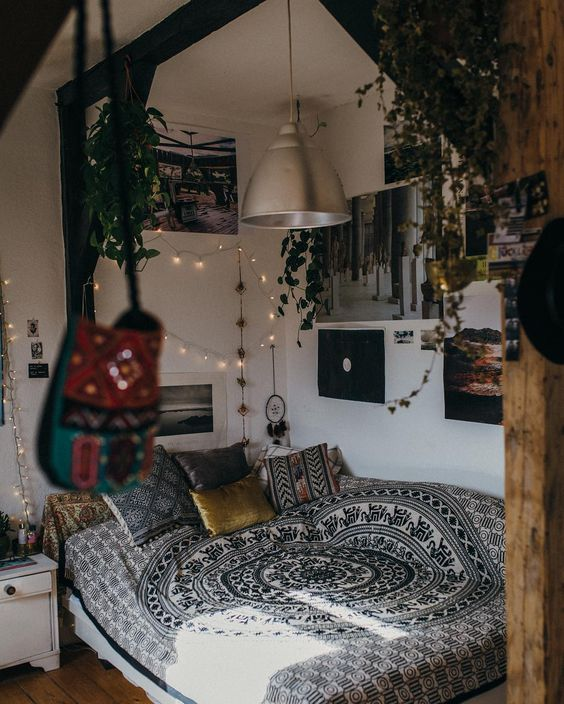 """True story: @charliecarlsson has the bedroom of our dreams. Read more with her + see a tour of her space on the UO Blog! : @mori_tz #UOHome…"":"