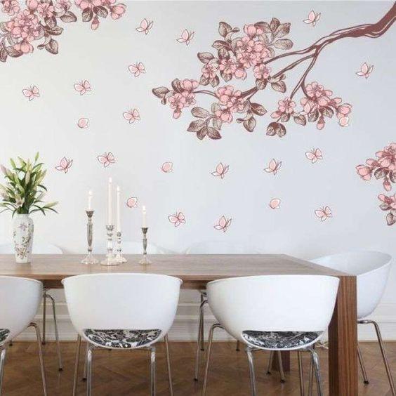 Flores, galhos e borboletas na sala de jantar. lindo e romântico ...