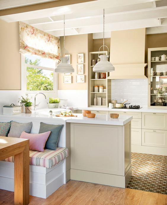 Pequeña cocina con península y office, armarios, tonos blancos y beige y pavimentos de parqué y baldosa hidráulica