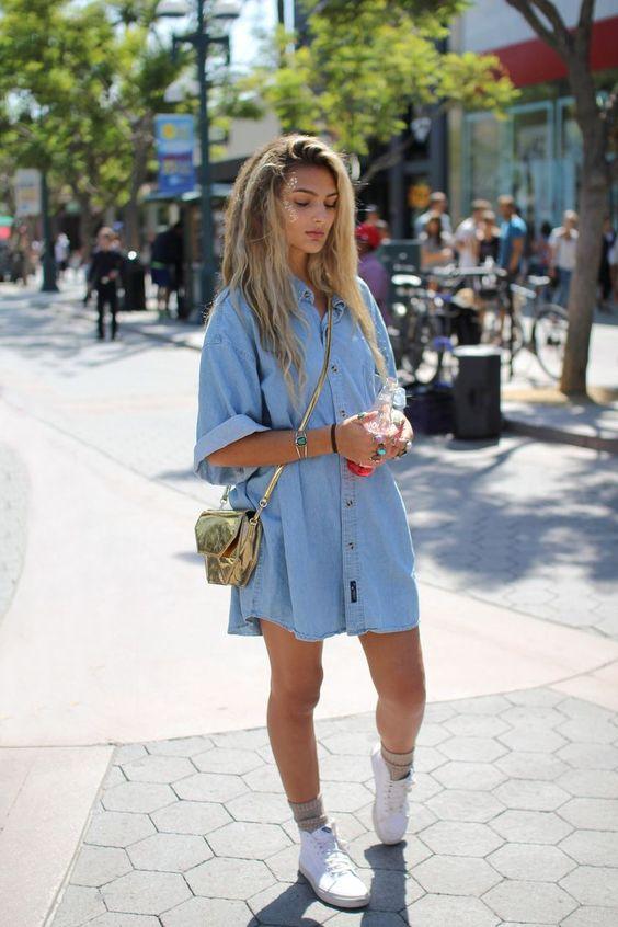 Comprar ropa de este look: https://lookastic.es/moda-mujer/looks/vestido-camisa-celeste-zapatillas-altas-blancas-bolso-bandolera-dorado-calcetines-beige/9974   — Vestido Camisa Vaquera Celeste  — Bolso Bandolera de Cuero Dorado  — Calcetines Beige  — Zapatillas Altas de Lona Blancas