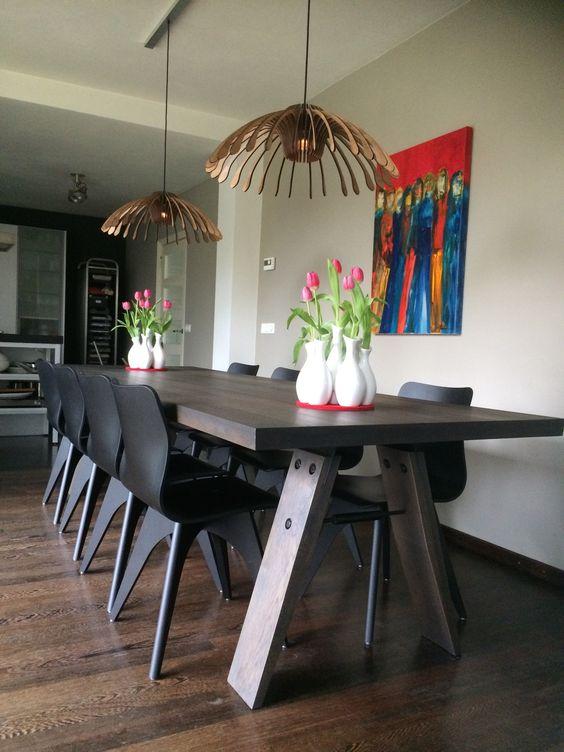Odesi bij de klant thuis.... Onze moderne eetkamer tafel Branch in de kleur Charcoal, gecombineerd met onze Wave eetkamer stoelen en Flower lampen. Wat een prachtig eindresultaat!