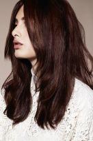 Rotbraunes langes Haar mit Stufen