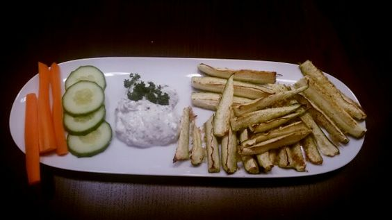 Zucchiniparmesanspalten mit kräuterdip und gemüsesticks #lowcarb #snackattack #homemade