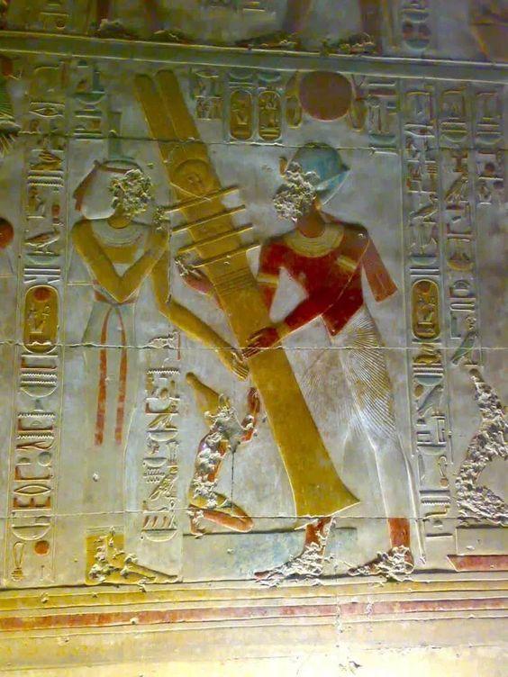 Mysterieuze Objecten Die Door Egyptische Goden Worden Vastgehouden, Tonen Een Krachtig Elektrisch Apparaat